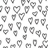 乱画爱心脏无缝的样式 后面和白色瓦片假日 免版税库存照片