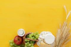 乳制品和果子的图象在木桌上 犹太假日- Shavuot的标志 免版税库存照片