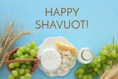 乳制品和果子的图象 犹太假日- Shavuot的标志 免版税图库摄影