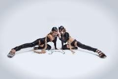 乳汁服装和猫屏蔽的二名性感的妇女 免版税图库摄影