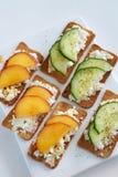 乳清干酪乳酪用桃子和黄瓜 库存图片