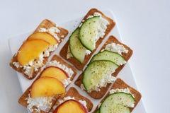 乳清干酪乳酪用桃子和黄瓜 免版税库存照片