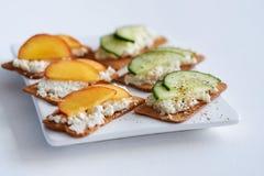 乳清干酪乳酪用桃子和黄瓜 库存照片