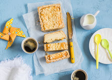 乳清干酪橙色馅饼和咖啡在蓝色背景,顶视图 免版税库存照片