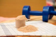 乳清蛋白和dumbell 库存图片