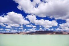 乳状明亮的绿松石冰川湖在蓝天和白色云彩下 图库摄影