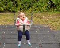 乳瓶女孩 公园 摇摆 微笑 逗人喜爱 库存图片