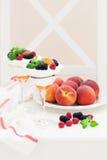 乳脂干酪、饼干、桃子和新鲜的莓果点心 免版税库存照片