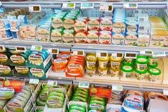 乳脂干酪在商店 免版税库存照片