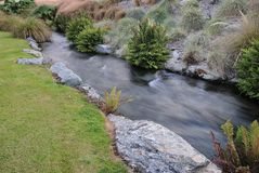 乳脂状的丝般的快速流动的河 库存照片
