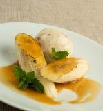 乳脂状的冰淇凌和切的香蕉与一个brulee顶部 库存图片