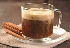 乳脂状的咖啡和曲奇饼 库存照片