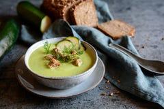 乳脂状的夏南瓜汤用油煎方型小面包片 免版税图库摄影