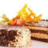乳脂状的巧克力蛋糕用焦糖和草莓 免版税图库摄影
