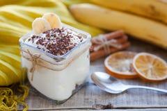 乳脂状的布丁用香蕉、巧克力和桂香早餐 库存照片