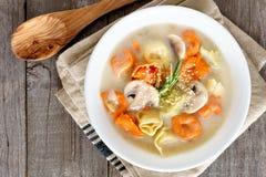 乳脂状的意大利式饺子和蘑菇汤,在场面上在土气木头 免版税库存照片