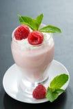 乳脂状的果冻用莓和薄菏在黑暗的背景 图库摄影
