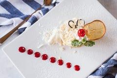 乳脂状的橙色点心服务在餐馆 免版税库存照片