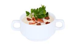 乳脂状的汤用油煎方型小面包片和烟肉荷兰芹在焙盘 库存图片