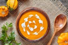 乳脂状的烤南瓜辣汤传统素食秋天菜健康有机饮食自创食物 免版税库存图片