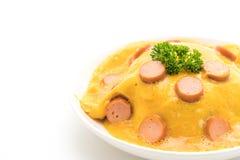 乳脂状的煎蛋卷用在米的香肠 免版税库存图片