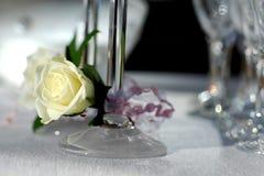乳脂状的玻璃玫瑰白色 免版税库存照片