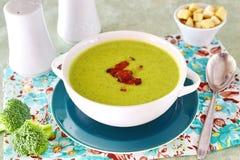 乳脂状的硬花甘蓝汤的一碗用嘎吱咬嚼的烟肉 健康的食物 概念吃健康 库存图片