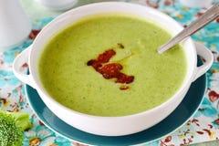乳脂状的硬花甘蓝汤的一碗用嘎吱咬嚼的烟肉 健康的食物 概念吃健康 免版税库存图片
