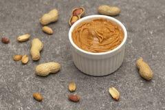 乳脂状的花生酱和花生 自然营养和有机食品 r 图库摄影