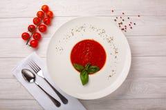 乳脂状的蕃茄和扁豆汤用希脂乳 图库摄影