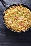 乳脂状的虾阿尔弗雷德扁面条洒与绿色 图库摄影