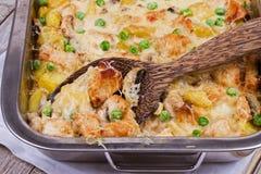 乳脂状的鸡、土豆和蘑菇砂锅 免版税库存照片