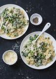 乳脂状的鸡,绿豆,菠菜在黑暗的背景的farfalle面团,顶视图 地中海样式 库存照片