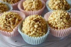 乳脂软糖在五颜六色的杯形蛋糕的糖果锥体 免版税库存照片