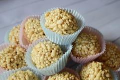 乳脂软糖在五颜六色的杯形蛋糕的糖果锥体 免版税图库摄影
