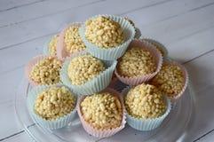 乳脂软糖在五颜六色的杯形蛋糕的糖果锥体 图库摄影