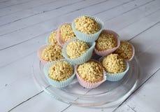 乳脂软糖在五颜六色的杯形蛋糕的糖果锥体 库存图片