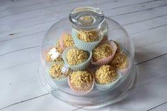 乳脂软糖在五颜六色的杯形蛋糕的糖果锥体 免版税库存图片