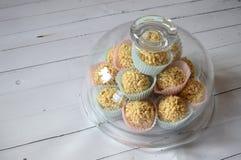 乳脂软糖在五颜六色的杯形蛋糕的糖果锥体 库存照片