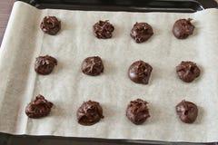 乳脂软糖果仁巧克力曲奇饼未加工在羊皮纸 免版税库存图片