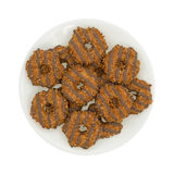 乳脂软糖椰子在板材的焦糖曲奇饼 库存照片