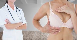乳腺癌医生和妇女 免版税库存照片
