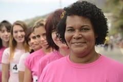 乳腺癌慈善种族:桃红色的妇女 库存照片