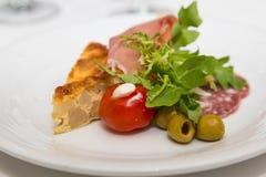 乳蛋饼橄榄和西红柿在开胃小菜板材 库存照片