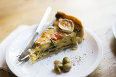 乳蛋饼用橄榄和山羊乳干酪 免版税库存图片
