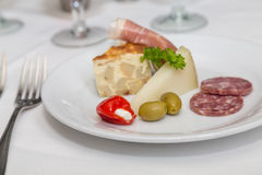 乳蛋饼肉和乳酪开胃菜板材  库存照片