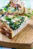 乳蛋饼洛林,饼用一把熏制的烟肉、乳酪和菠菜 库存图片
