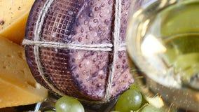 乳酪、在木背景的杯红酒和葡萄 食物艺术 餐馆食物服务 承办酒席概念 HD 股票录像