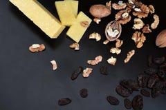 乳酪、核桃和李子 库存图片