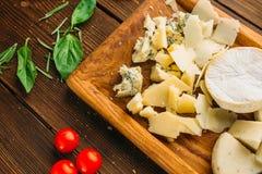 乳酪、油和草本在木桌特写镜头 免版税库存图片
